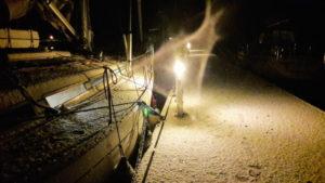 Når snøen laver ned på båten kvelden før start i Vinterregattaen